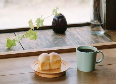 Sleep Coffee and Roaster / ナツメ書店 / 「本日のコーヒー」(写真右、500円・税込)、「食パン」(写真左、100円・税込)