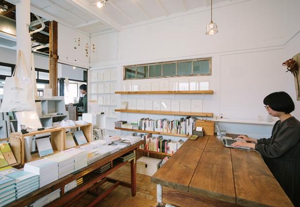 【写真を見る】Sleep Coffee and Roaster / ナツメ書店 / 購入した本を喫茶で楽しむ客も多い。本のイベントも行い、写真は田口美早紀の「とんとんとん」巡回展時のもの