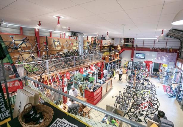 5CAFE 本店 / ロードからマウンテンバイクまで幅広くそろう。毎年、ガレージ内でライブも行う