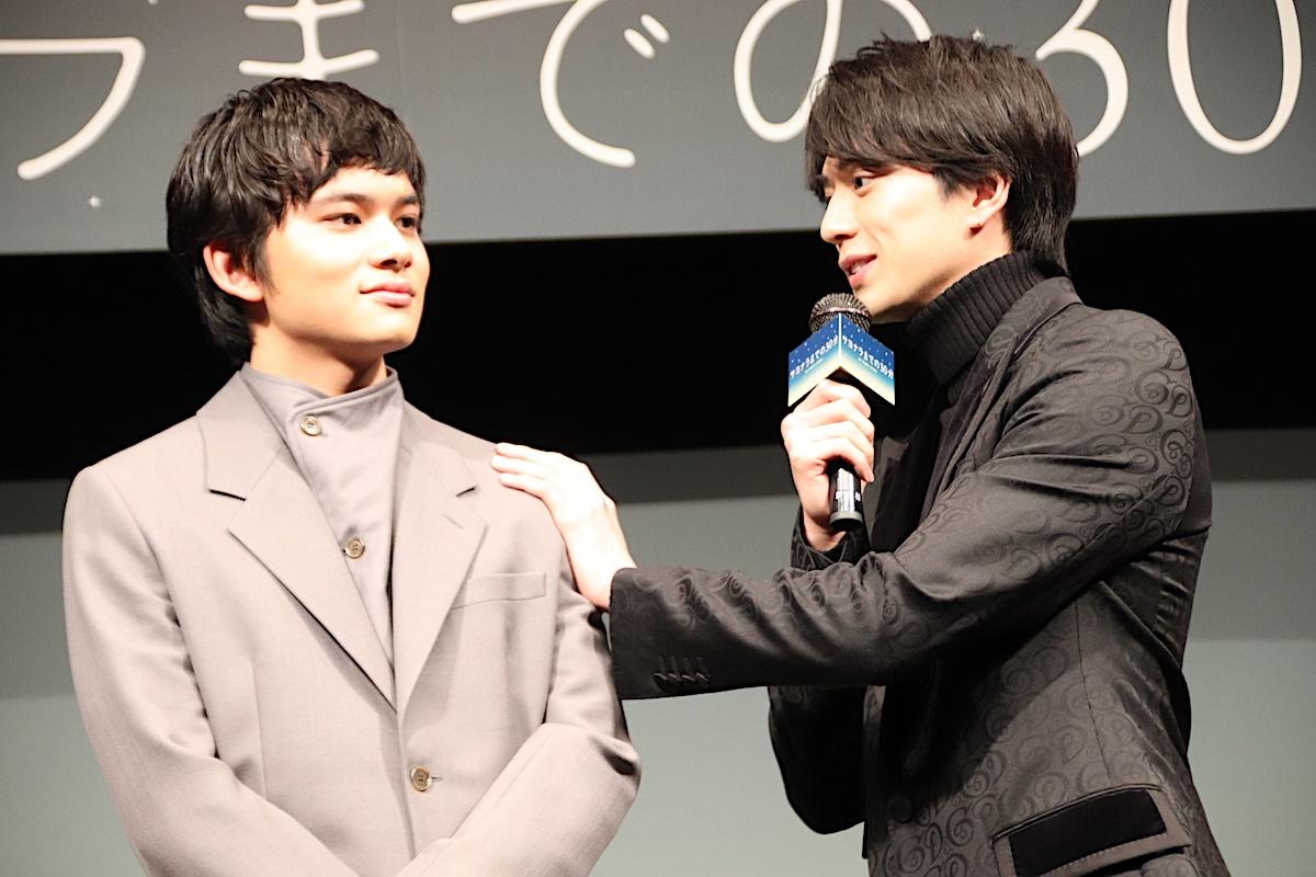 【写真を見る】新田真剣佑、北村匠海が大好き!肩に触れてニコニコ