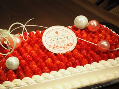 会場では、京都悠洛ホテルが手がけたベリーツ特製ケーキがふるまわれた