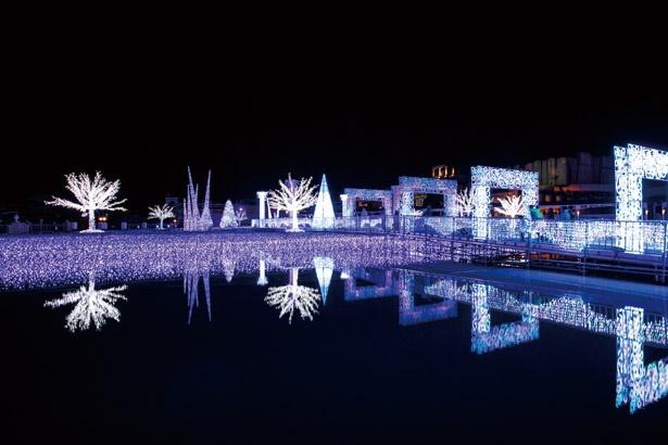 【写真を見る】神秘的で美しい白銀の世界が広がる、水上イルミ「フローズン・オーシャン」。音楽に合わせ、光が変化するショーも開催 /「史上最光の冬ラグーナ」