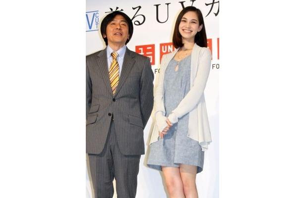 ユニクロの中島徹郎執行役員と写真撮影に応じる水原さん(左)