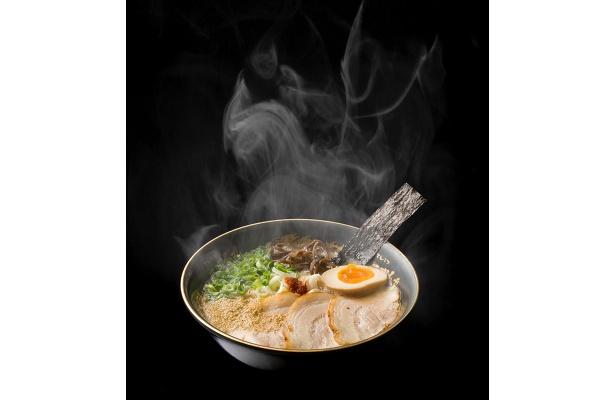 <福岡・一心不乱>黒の濃厚とんこつラーメン(玉子入り 1人前)800円 茶屋