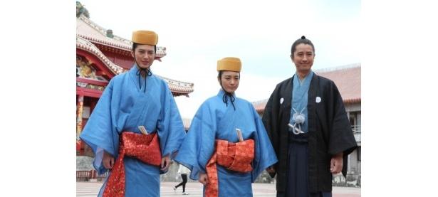物語のメーン舞台となる首里城にて。左から塚本高史、仲間由紀恵、谷原章介