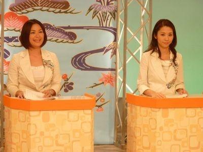 地デジ移行を呼び掛ける琉球朝日放送・比嘉鈴代アナ(左)NHK沖縄・屋良歩アナ(右)