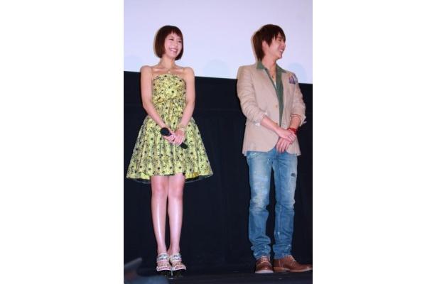 平野綾はミニスカートですんなり伸びたおみ足を披露