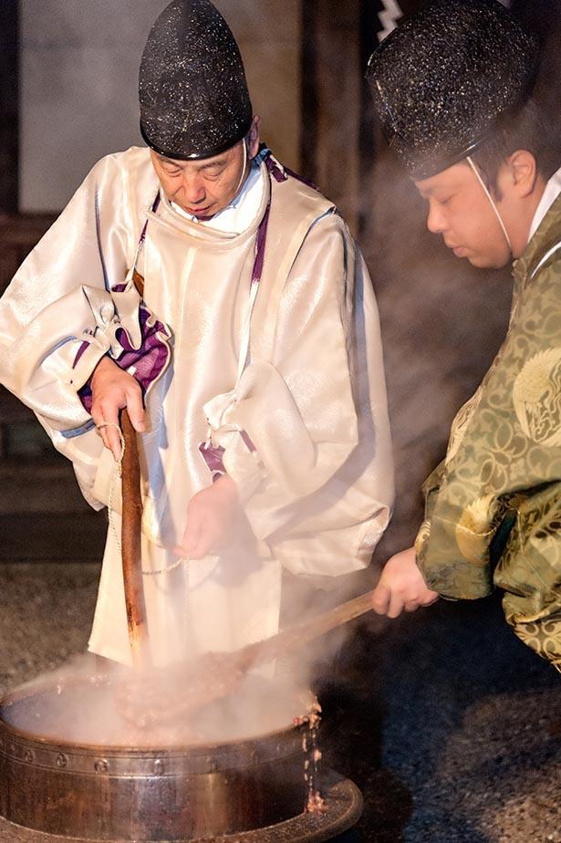 【写真】14日夜に行われる「粥占神事」