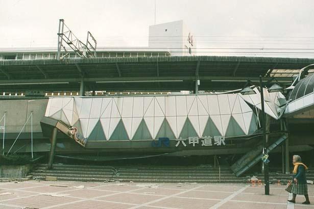 JR六甲道駅(灘区永手町)。1995年1月17日撮影