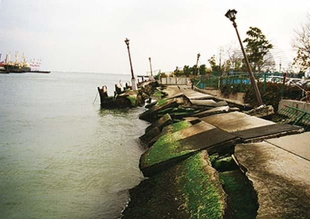 震災直後のメリケン波止場。1995年撮影