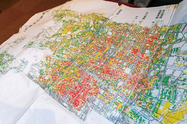 谷川さんたちが当時一軒一軒目視確認で作成した被害状況地図。今でも谷川さんが大切に保管している