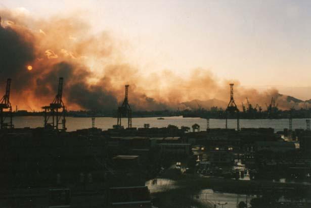 ポートアイランドから見た長田区方面の火災。太陽が隠れるほどの黒煙が上がった