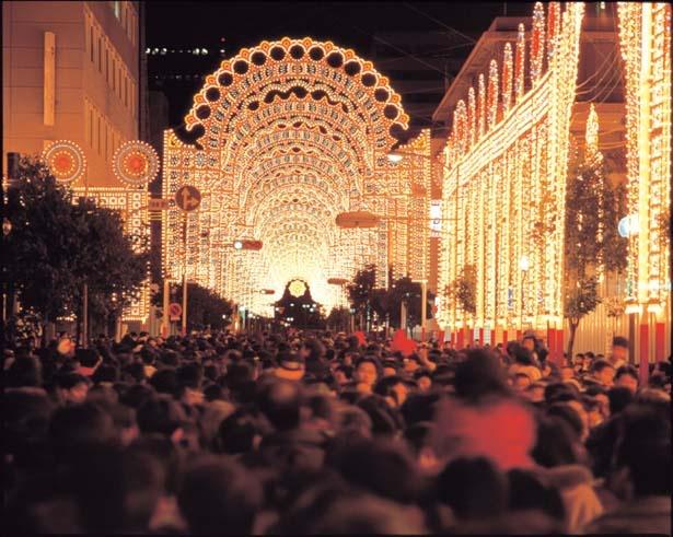 【写真を見る】1995年第1回の作品。延べ254万人以上が訪れ、感嘆の声をあげた/神戸ルミナリエ