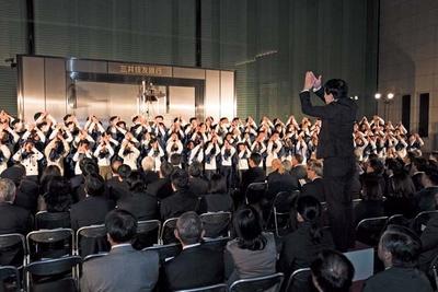 点灯式で神戸市の小学生が「しあわせ運べるように」を歌う/神戸ルミナリエ