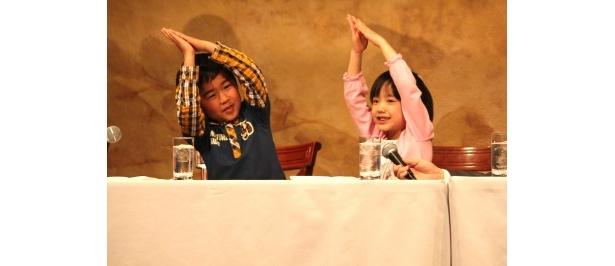 【写真】主題歌「マル・マル・モリ・モリ!」を踊る芦田愛菜と鈴木福