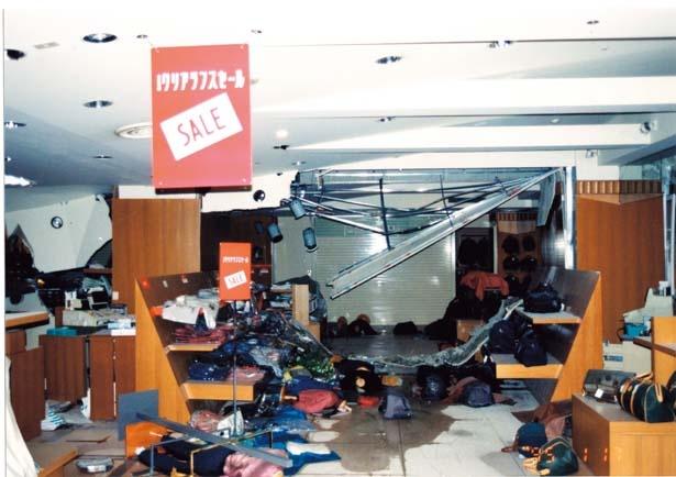 【写真を見る】震災当日。どのフロアも商品が散乱、場所によっては床がたわみ、鉄骨がむき出しに/大丸神戸店