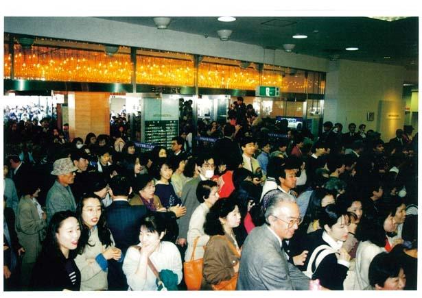 4月8日の仮オープン。「震災後初めて化粧をして出かけた」という人もいた/大丸神戸店