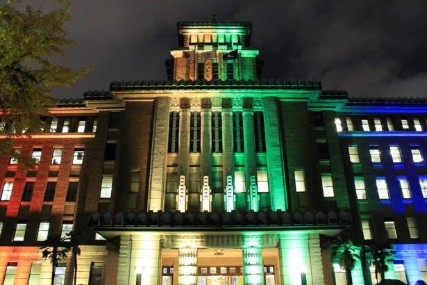 【写真】横浜三塔を性的マイノリティの尊厳と社会運動のシンボルとして使われている6色にライトアップ