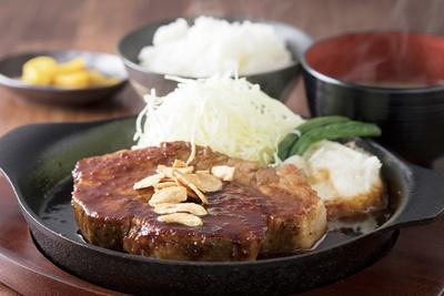 「鉄板トンテキ定食」(300g1660円)。ライスと味噌汁付き / 福岡トンテキポルコ 薬院店