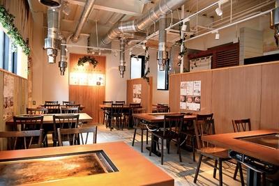カジュアルな店内では、ステーキ丼(850円~)などのランチも楽しめる / 大木屋 匠 福岡薬院店