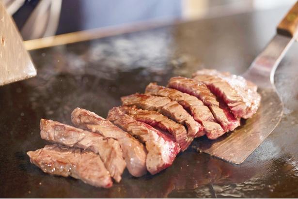 【写真を見る】「志賀島ステーキ」(200g1356円)。最高ランクのUS産サガリにガーリックバターをプラス / 肉最強伝説 志賀島店
