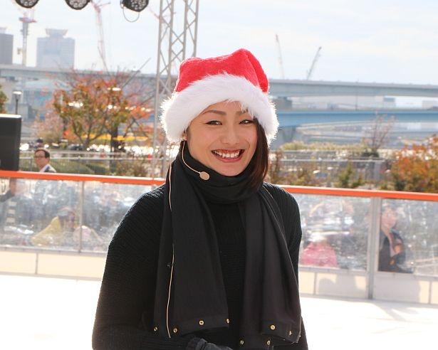 【写真を見る】安藤美姫がサンタ姿でスケート教室を開催