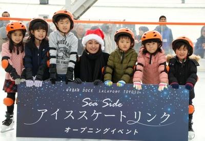 レッスンを受けた生徒たちと記念撮影する安藤美姫