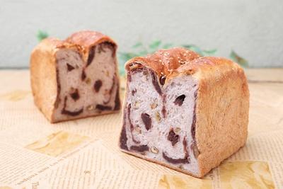 2種類の小麦粉をブレンドしたもっちりとした生地に、くるみのカリカリした食感がアクセントに!「あんことクルミ食パン」(1斤 360円、2斤 720円) / ブーランジェリー クラックマン