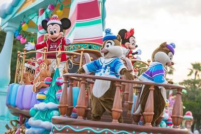 クリスマスらしいコスチュームを着たディズニーの仲間たちが、フロートに乗って続々登場!「ディズニー・クリスマス・ストーリーズ」