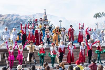 華やかなコスチュームを着たディズニーの仲間たちや、ダンサーが勢ぞろい!「イッツ・クリスマスタイム!」