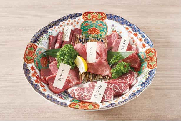 「本日の発酵熟成肉盛合せ」(2、3人前3866円)。 熟成状態に合わせて選ぶ4、5種の部位が登場 / やきにく熟成肉のおおやま