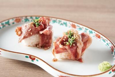 佐賀牛のサーロインをサッとタレに絡めて炙った肉の寿司は2貫で410円 / やきにく熟成肉のおおやま