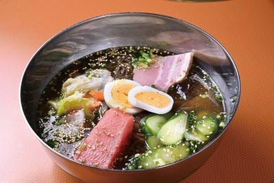 伊万里牛の牛骨やテールでとるスープを使う「冷麺」(972円) / 焼肉 梨翔