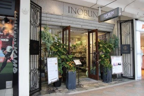 空間演出を手がけるのは地元京都に息づくライフスタイルショップ「INOBUN」