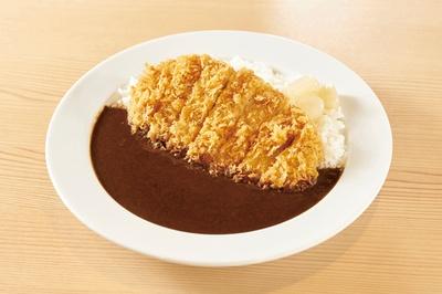 「特製カツカレー」(1274円)は一日限定10食だ。ルーは店でスパイスをブレンドして作る。カツはロース / とんかつのポーク凡平 六本松店