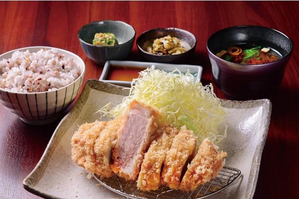 「鹿児島産うんまか豚の上ロースカツ」(1750円)。肉はふっくらしていて旨味がたっぷり / とんかつ わか葉