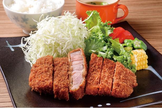 5、6食限定の「特上ロース定食」(1300円)は夜のみ。店主の実家・唐津で自家栽培する米、有機野菜のサラダも美味 / かつきち