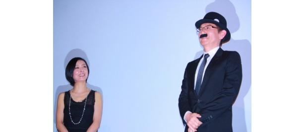 山高帽とちょび髭を付けた周防監督を見守る民代夫人