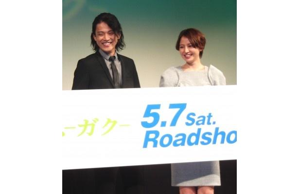 【写真】特別試写会、舞台挨拶に登場した小栗旬、長澤まさみ(写真左から)