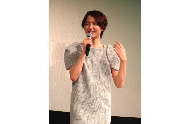 長澤は「わたしにとって三歩みたいな存在なので、憧れる先輩でもあり追いつきたい先輩でもありますね」と小栗について明かした
