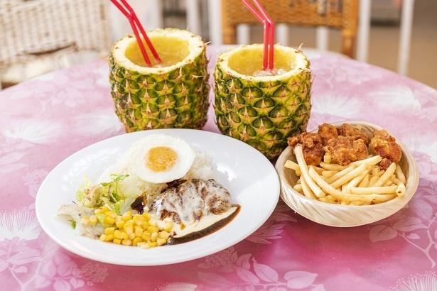 せっかくだからと、ハワイらしい昼食をチョイス。「パイナップルジュースがフレッシュでおいしくて感動!」