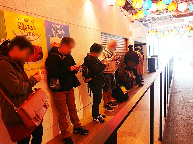 オープン前には約20人が列を作った