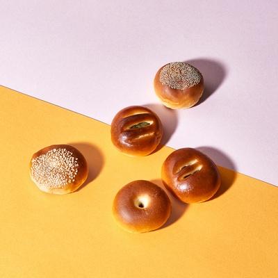 「酒種あんぱん」の伊勢丹限定品である「蜂蜜黒豆」「チーズラムレーズン」「黒蜜きなこ」「北海道牛乳クリーム」「プチプリンクリーム」の5種入り