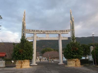 【写真を見る】橘神社 / 参道は桜の名所としても有名