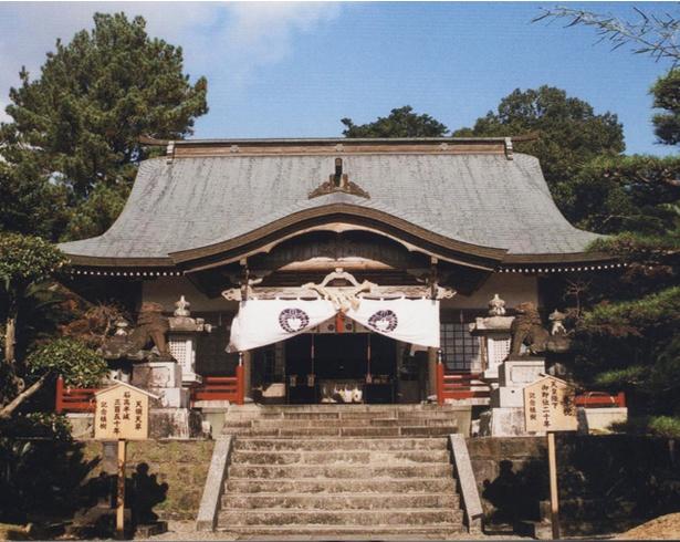 鈴木神社 / 神社の正面。辺りは針葉樹林に囲まれている