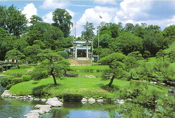 出水神社・水前寺成趣園 / 敷地内には湧水である神水「長寿の水」が湧いている