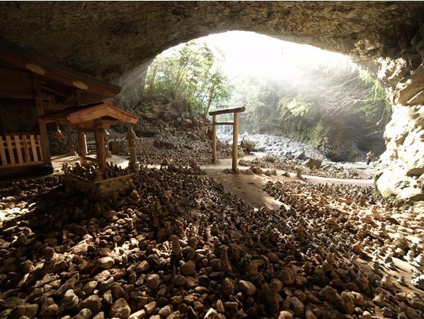天岩戸神社 / 天安河原では祈願をする人たちが石を積む習わしがある