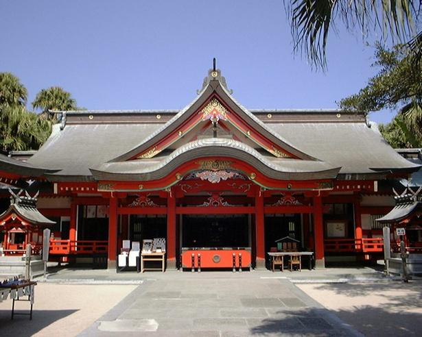 【写真を見る】青島神社 / 朱塗りの本殿が静かに佇む。美しい小島で神話の世界に浸ろう!