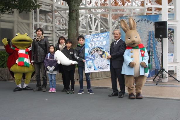 55万人目の搭乗者となり、長島観光開発の水野正信社長とパネルを掲げる奥優一郎くん