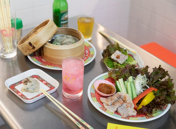 【写真を見る】台風大飯店 / スーチーカーの野菜巻き(680円)。塩漬け蒸し豚は特製ダレで召し上がれ